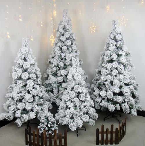 Cây thông Noel phủ tuyết là một mẫu mới lạ, đẹp và bắt mắt bạn có thể lựa chọn để trang trí trong dịp giáng sinh sắp tới