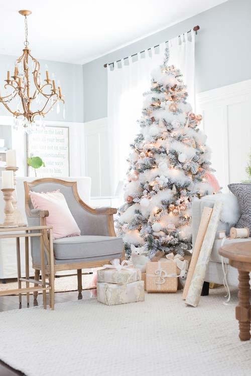 Mẫu cây thông Noel này chủ yếu được phủ bằng bông để làm giả tuyết và trang trí đèn vàng, quả châu hàng là rất phù hợp với tông màu của nhau