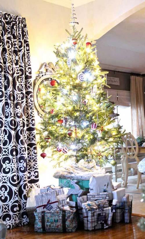 Mẫu cây thông Noel này chủ yếu được trang trí và làm đẹp chủ yếu bằng ánh đèn