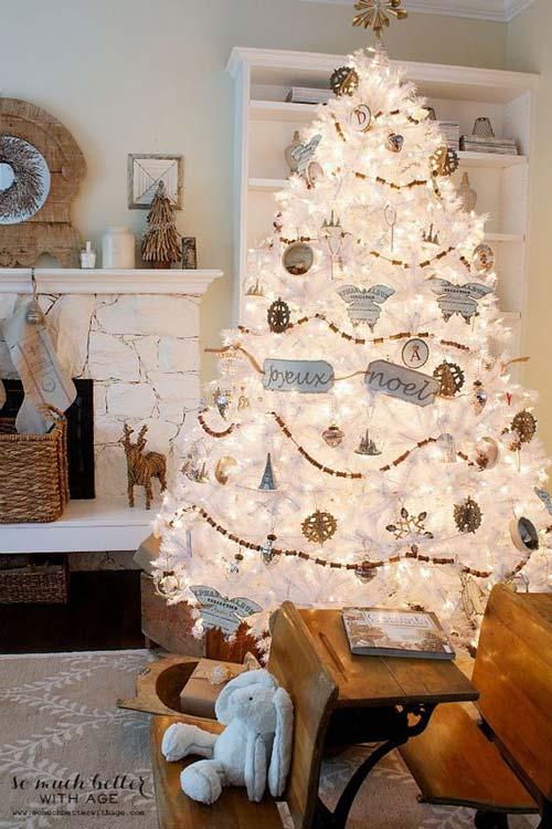 Mẫu cây thông Noel mẫu trắng này có vẻ hơi lạ lẫm với người Việt Nam nhưng ở bên Châu Âu họ rất chuộng cây thông Noel màu tuyết trắng này