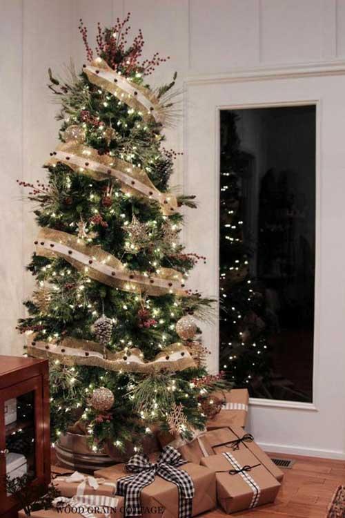 Cây thông Noel được thiết kế đơn giản với đèn, quả châu, quả thông, dây kim tuyến và một vài hộp quà vẫn tạo lên vẻ đẹp quyến rũ kỳ lạ