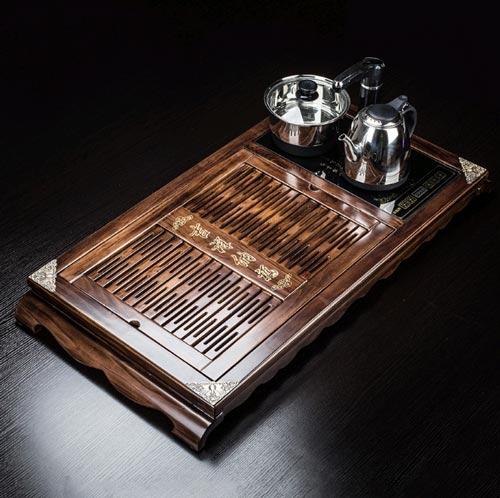 Mẫu khay trà gỗ mun thiết kế sang trọng, quý tộc. 4 Góc khay trà được nẹp đồng trang trí họa tiết hoa văn tinh xảo bằng tay.