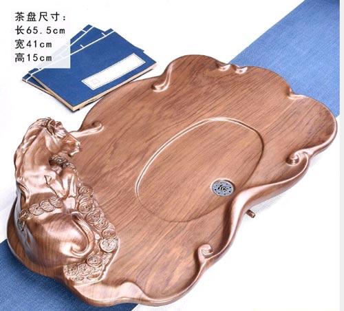 Khay trà gỗ nguyên khối thiết kế hình ngựa nằm trên đống tiền