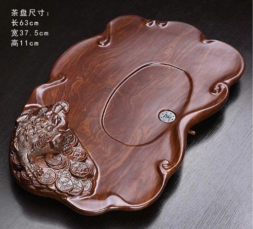 Mẫu khay trà gỗ nguyên khối được điêu khắc hình cóc ngậm tiền