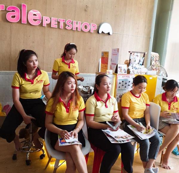 Hình ảnh đội ngũ nhân viên bán phụ kiện thú cưng của Arale Petshop